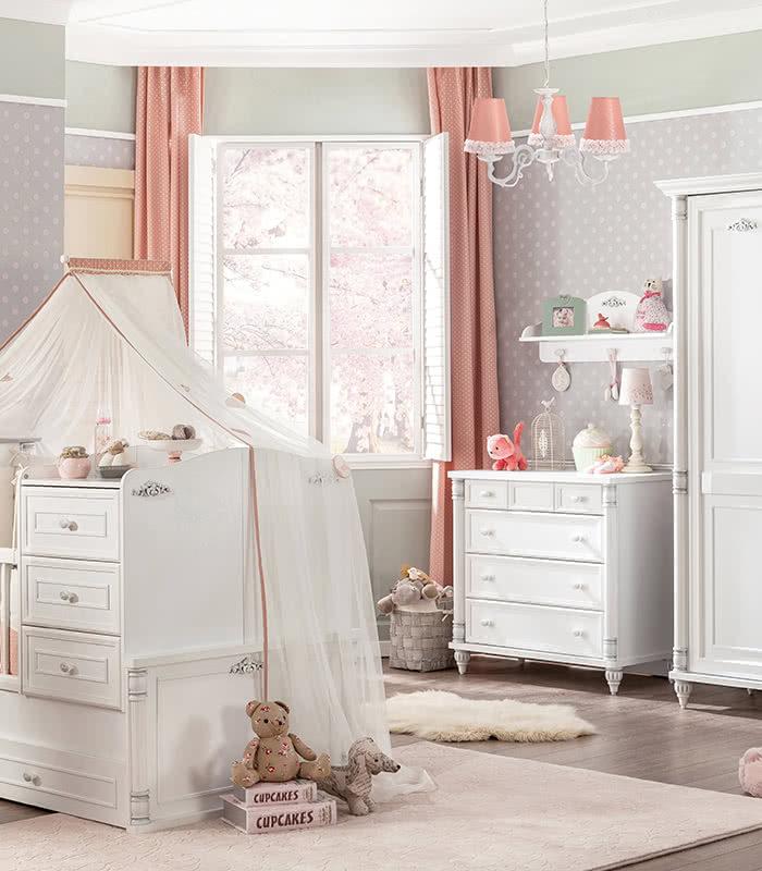 Κοριτσίστικο βρεφικό δωμάτιο σε ρομαντικό στυλ